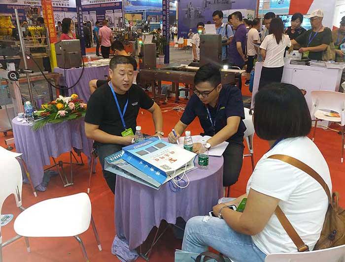 2018年7月青岛食品机械展客户洽谈现场