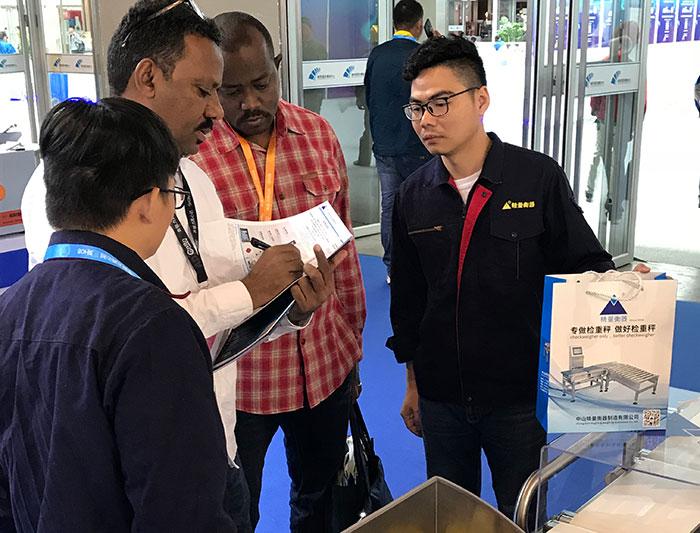 2018年10月南京医药展外国客户洽谈现场